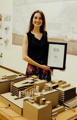 Annemie Vermeulen with a model of her winning thesis.