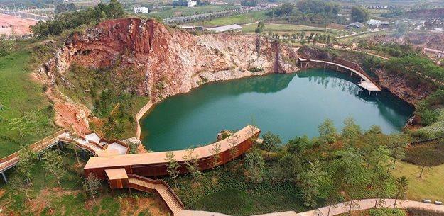 Beijing Forestry University / Atelier DYJG, Quarry Gardens in Nanning Garden Expo Park, Nanning, China. Image courtesy of Beijing Forestry University / Atelier DYJG